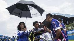 Para pebalap bersiap mengikuti Yamaha Sunday Race seri 1 di Sirkuit Sentul, Bogor, Minggu (8/4/2018). Lomba ini diselenggarakan oleh Yamaha Indonesia Motor Manufacturing dengan mempertandingan 10 kelas. (Bola.com/Vitalis Yogi Trisna)