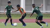 Pemain Timnas Indonesia U-22, Rachmat Irianto, menggiring bola saat latihan di Stadion Madya Senayan, Jakarta, Selasa (22/1). Latihan ini merupakan persiapan jelang Piala AFF U-22. (Bola.com/Yoppy Renato)