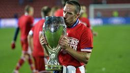 Pemain tengah Bayern Muenchen Franck Ribery mencium Throphy kemenangan  (AFP/Odd Andersen)