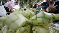 Pedagang yang menjual kulit ketupat mulai memadati sekitar Pakualaman,Yogyakarta, menjelang Hari Raya Idul Fitri 1437 Hijriah, Senin (4/7). H-2 menjelang Lebaran, pedagang musiman yang menjual kulit ketupat mulai bermunculan. (Liputan6.com/Boy Harjanto)