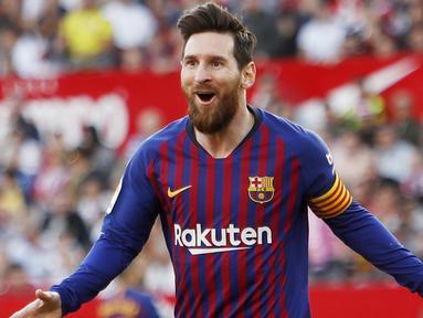 Striker Barcelona, Lionel Messi, melakukan selebrasi usai membobol gawang Sevilla pada laga La Liga di Stadion Ramon Sanchez Pizjuan, Sabtu (23/2). Barcelona menang 4-2 atas Sevilla. (AP/Miguel Morenatti)