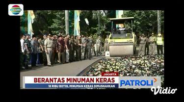 Polisi dan pemerintah musnahkan 18 ribu botol miras hasil razia selama bulan Ramadan di Monas, Jakarta.