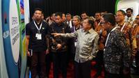 Wakil Presiden RI Jusuf Kalla, Menteri ESDM Ignasius Jonan, dan Ketua Masyarakat Energi Baru Terbarukan Indonesia (METI) Suryadharma sedang mendapat penjelasan dari Kepala Divisi Energi Baru dan Terbarukan PLN, Zulfikar Manggau saat meninjau di stand PLN
