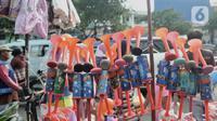Jejeran terompet berbahan plastik yang dijual di Pasar Gembrong, Jakarta, Minggu (29/12/2019). Penjualan terompet plastik jelang perayaan malam tahun baru kali ini lebih marak akibat pasokan bahan baku sulit didapat. (merdeka.com/Iqbal Nugroho)