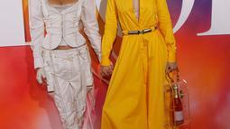 Penampilan supermodel Bella Hadid (kiri) dan Gigi Hadid (kanan) saat menghadiri New York Fashion Week (NYFW), Minggu (9/9). NYFW berlangsung pada 6 September hingga 14 September 2018. (Photo by Brent N. Clarke/Invision/AP)
