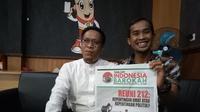 Komisioner Bawaslu Garut menunjukan tabloid Indonesia Barokah (Liputan6.com/Jayadi Supriadin)