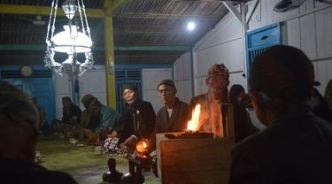 Penghayat kepercayaan dan Islam kejawen menggelar doa Muji Jumat Kliwon di Pasemuan (rumah ibadah). (Foto: Liputan6.com/Muhamad Ridlo)