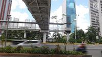 Kendaraan melintas di Jalan Jenderal Sudirman, Jakarta, Jumat (4/1). Jembatan penyeberangan orang (JPO) Dukuh Atas ini menggantikan JPO lama yang membentang tepat di tengah Jalan Jenderal Sudirman. (Liputan6.com/Herman Zakharia)