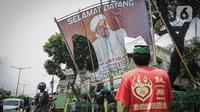 Seorang warga meminta anggota TNI untuk tidak mencopot paksa baliho Rizieq Shihab yang terpasang di sekitar kawasan Petamburan, Jakarta, Jumat (20/11/2020). Pencopotan dilakukan karena menyalahi aturan yang telah ditetapkan. (Liputan6.com/Faizal Fanani)