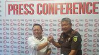 ACC Sulawesi serahkan bukti kopian surat pernyataan tiga PNS Pemkot Pare-Pare terkait adanya dugaan suap proyek DAK senilai Rp 40 miliar di Kota Pare-Pare (Liputan6.com/ Eka Hakim)