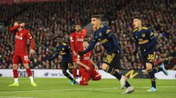 Pemain Arsenal, Lucas Torreira, melakukan selebrasi usai mencetak gol ke gawang Liverpool pada laga Piala Liga Inggris 2019 di Stadion Anfield, Rabu (30/10). Liverpool menang adu penalti atas Arsenal dengan skor 5-4. (AP/Jon Super)