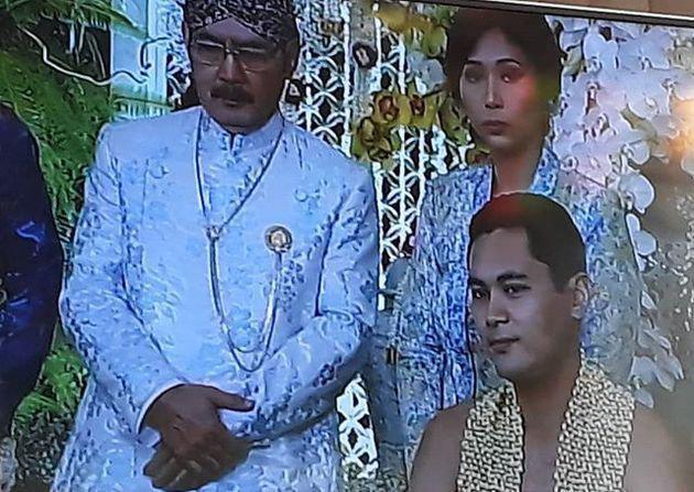Ketika acara siraman berlangsung, Panji melepaskan beskapnya dan hanya memakai rangkaian bunga melati untuk menutupi tubuhnya yang tegap./copyright instagram/didit.hediprasetyo