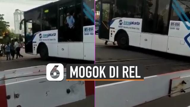 Beredar video Transjakarta mogok di Rel Halimun. Beruntung penumpang dapat keluar semua dan kereta dapat berhenti.