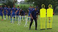 Joko Susilo melatih Persik Kediri menjelang Liga 1 2020. (Bola.com/Gatot Susetyo)