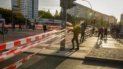 Aktivis iklim memblokir Jembatan Jannowitz di Berlin, Jerman, Jumat (20/9/2019). Aktivis memblokir Jembatan Jannowitz menggunakan ratusan tali plastik. (AXEL SCHMIDT/AFP)