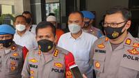 Adam Ibrahim saat diamankan di Polres Metro Depok terkait rekayasa yang dilakukannya terkait babi ngepet di wilayah Bedahan. (Liputan6.com/Dicky Agung Prihanto)