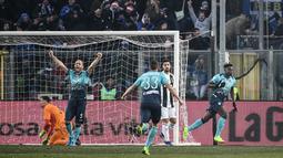 Pemain Atalanta, Duvan Zapata berselebrasi setelah mencetak gol ke gawang Juventus pada laga ke-18 Serie A di Stadion Atleti Azzurri, Bergamo, Rabu (26/12). Juventus ditahan imbang 2-2 oleh tuan rumah Atalanta. (Marco BERTORELLO / AFP)