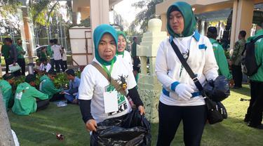 Dua kader PKB perempuan membersihkan lokasi Muktamar di Nusa Dua Bali. (Liputan6.com/Dewi Devianta)