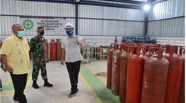 Gubernur Gorontalo Rusli Habibie saat mengecek ketersediaan tabung oksigen di Stasiun Pengisian PT Aneka Gas Industri Tbk (AGI). foto. Humas (Arfandi Ibrahim/Liputan6.com)