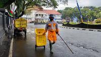 Petugas kebersihan di Kota Malang mulai jarang melihat tumpukan sampah depan pertokoan. Salah satu pemicunya jalan mulai sepi akibat wabah Corona Covid-19 (Liputan6.com/Zainul Arifin)