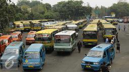 Sejumlah angkutan umum saat menunggu penumpang di Kampung Rambutan Jakarta, Kamis (5/11/2015). DKI Jakarta akan segera melakukan renovasi tiga terminal bus dengan perkiraan anggaran renovasi Rp600 juta per terminal. (Liputan6.com/Yoppy Renato)