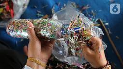 Warga penggiat bank sampah mengolah kerajinan 'eco brick' dari limbah sampah kemasan plastik dan botol di Pulau Harapan, Kabupaten Kepulauan Seribu Jakarta, Sabtu (22/5/2021). Kegiatan untuk mengurangi volume sampah plastik di pulau sebagai upaya pelestarian lingkungan. (Liputan6.com/Fery Pradolo)