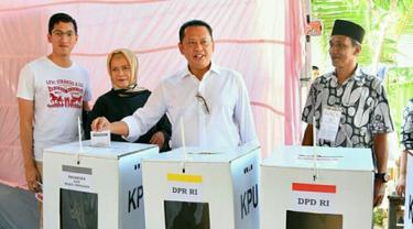 Ketua DPR RI Bambang Soesatyo bersama keluarga saat menggunakan hak pilihnya pada Pemilu 2019 di Tempat Pemungutan Suara (TPS) 15, Kelurahan Purbalingga Lor, Kecamatan Purbalingga, Kabupaten Purbalingga, Jawa Tengah, Rabu (17/4). (Liputan6.com/Pool/Humas DPR)