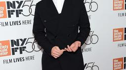 Robert Pattinson menghadiri premiere film HIGH LIFE dalam event New York Film Festival di New York City, Selasa (2/10). Robert Pattinson tampil nyentrik memakai jas yang dipadukan dengan celana pendek di atas red carpet. (Jamie McCarthy/Getty Images/AFP)