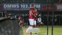 Pemain Bali United, Sylvano Comvalius (kiri) merayakan golnya bersama Irfan Bachdim saat melawan PS TNI pada lanjutan Liga 1 2017 di Stadion Kapten I Wayan Dipta, Gianyar, Bali (20/102017). (Bola.com/NIcklas Hanoatubun)