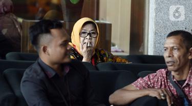 Mantan Bupati Bogor Nurhayanti menunggu panggilan akan menjalani pemeriksaan oleh penyidik di Gedung KPK, Jakarta, Senin (2/3/2020). Nurhayanti diperiksa sebagai saksi untuk tersangka mantan Bupati Bogor Rachmat Yasin terkait pemotongan uang dan gratifikasi  tahun 2013 dan 2014. (merdeka.com/Dwi Nar