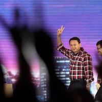 Cagub dan Cawagub DKI Jakarta nomor 2, Ahok - Djarot menyapa undangan dan pendukungnya saat Debat Final Cagub-Cawagub DKI 2017 di Bidakara, Jakarta, Jumat (10/2). (Liputan6.com/Faizal Fanani)