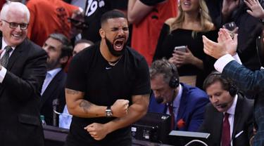Penyanyi Rapper Drake bersorak saat menyaksikan pertandingan kelima Final NBA 2019 antara Golden State Warriors melawan Toronto Raptors di Scotiabank Arena, Toronto, Ontario (11/6/2019). Warriors mengalahkan Toronto Raptors dengan 106-105. (Frank Gunn/The Canadian Press via AP)