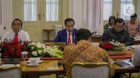 Presiden Joko Widodo memimpin rapat terbatas di Istana Kepresidenan Bogor, Jakarta, Selasa (4/2/2020). Jokowi menegaskan, pemerintah telah mengambil langkah-langkah tegas dalam mencegah penyebaran virus corona di Indonesia. (Liputan6.com/Faizal Fanani)
