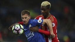 Aksi pemain Leicester City, Marc Albrighton mengamankan bola dari pemain Sunderland, Didier Ibrahim Ndong pada lanjutan Premier League di King Power Stadium, Leicester, Selasa (4/4/ 2017) Waktu setempat. Leicester menang 2-0. (Mike Egerton/PA via AP)