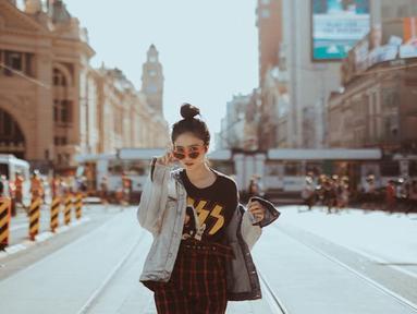 Febby Rastanty, gadis cantik alumni Universitas Indonesia jurusan Fakultas Hukum ini menjadi aktris yang tak diragukan lagi pengalaman aktingnya. Ia telah beberapa kali membintangi film maupun sinetron. (Liputan6.com/IG/@febbyrastanty)