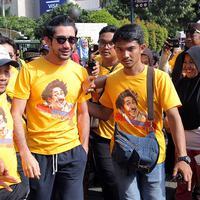 Reza Rahadian mengaku sangat senang dirinya diangkat sebagai keluarga besar Benyamin. Menurut Reza, dengan hal itu pun menggambarkan bahwa keluarga mendukung dirinya dan film anyarnya. (Deki Prayoga/Bintang.com)