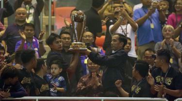 Presiden Republik Indonesia, Joko Widodo, menyerahkan trofi Piala Presiden 2017 ke skuat Arema FC