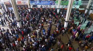 Warga mengantre untuk membeli tiket menjelang Hari Raya Idul Adha di sebuah stasiun kereta api di Dhaka (2/8/2019). Muslim di seluruh dunia bersiap merayakan Idul Adha yang menandai berakhirnya ziarah haji ke Mekah. (AFP Photo/Munir Uz Zaman)