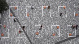 Sejumlah orang terlihat di lapangan terbuka yang diberi tanda untuk mengingatkan warga agar menerapkan jaga jarak sosial di Hudson Yards, New York City, Amerika Serikat, 9 September 2020. Hingga 9 September 2020, jumlah kematian akibat COVID-19 di AS melampaui 190 ribu orang. (Xinhua/Wang Ying)