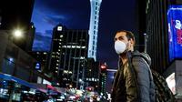 Seorang pria yang mengenakan masker terlihat di Kota Auckland, Selandia Baru, Rabu (12/8/2020). Kota terbesar di Selandia Baru, Auckland, pada 12 Agustus 2020 kembali memberlakukan Siaga COVID-19 Level 3 selama tiga hari setelah empat kasus terkonfirmasi pada 11 Agustus 2020. (Xinhua/Li Qiaoqiao)