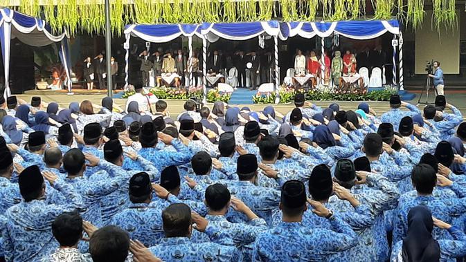 Mendikbud Nadiem Makarim mempimpin upacara peringatan HUT PGRI ke-74 dan Hari Guru Nasional 2019, Senin (25/11/2019). (Liputan6.com/ Ady Anugrahadi)