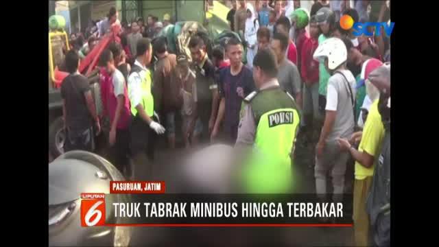 Proses evakuasi berlangsung lambat lantaran kondisi jasad korban terjepit badan mobil yang terbakar.