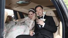 Aktris Olga Lydia dan Aris Utama memamerkan cincin seusai menjalankan sakramen pernikahan di Gereja Katedral, Jakarta, Jumat (21/4). Aktris Olga Lydia dan Aris Utama menjalankan sakramen pernikahan. (Liputan6.com/Herman Zakharia)