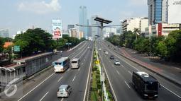 Sejumlah kendaraan melintas di Jalan Tol Dalam Kota Jakarta, Jumat (1/1/2016). Di hari libur, usai perayaan pergantian tahun 2016, sejumlah ruas jalan protokol di Jakarta terlihat lengang. (Liputan6.com/Helmi Fithriansyah)