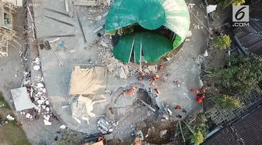 Diapit 3 lempeng besar di bumi, Lombok dan kepulauan di Nusa Tenggara lainnya memang akrab dengan gempa. Sejarah mencatat bahwa Lombok sudah berkali-kali diguncang lindu.