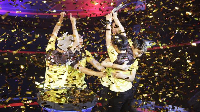 Tim e-Sports, Onic, menjadi juara pada Turnamen Mobile Legends: Bang Bang Profesional League (MPL) Indonesia Season 3 di Britama Arena, Jakarta, Jumat (3/5). Onic menang 3-0 atas Louvre. (Bola.com/Vitalis Yogi Trisna)