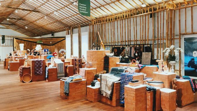Aneka produk kerajinan lokal di Pavilion Indonesia. Dok: Istimewa