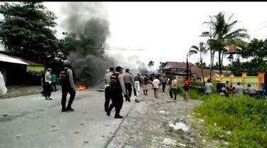 Seorang guru tewas ditabrak dua anak di bawah umur. Warga yang kesal memblokade jalan penghubung Timika dan Kuala Kencana.