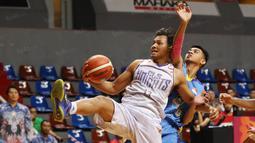 Pemain CLS Knight, Kaleb Ramot #13 berusaha melewati hadangan pemain Satya Wacana pada perempat final Playoffs Indonesia  Basket League (IBL) di Britama Arena, Jakarta, Selasa (17/5/2016). (Bola.com/Nicklas Hanoatubun)
