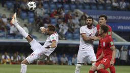 Gelandang Tunisia, Fakhreddine Youssef, membuang bola saat melawan Inggris pada laga Grup G Piala Dunia di Volgograd Arena, Volgograd, Senin (18/6/2018). Inggris menang 2-1 atas Tunisia. (AP/Thanassis Stavrakis)